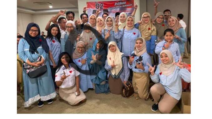 Wanita Yang Wajahnya Dilingkari Di Dalam Foto Yang Viral Tersebut Bukanlah Yaza Azzahra Melainkan Idawati Murdaningrum Anggota Satgas Relawan
